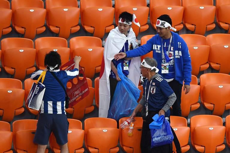 Torcedores do Japão recolhem o lixo em estádio na Copa da Rússia