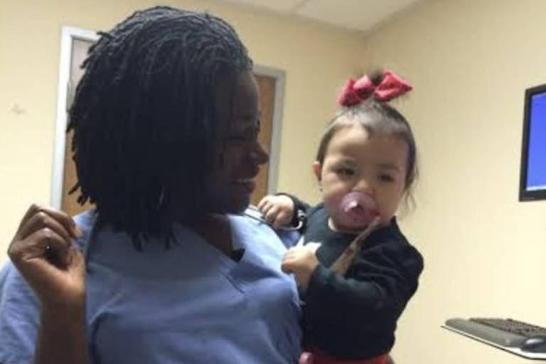 Sarpoma segurando uma bebê