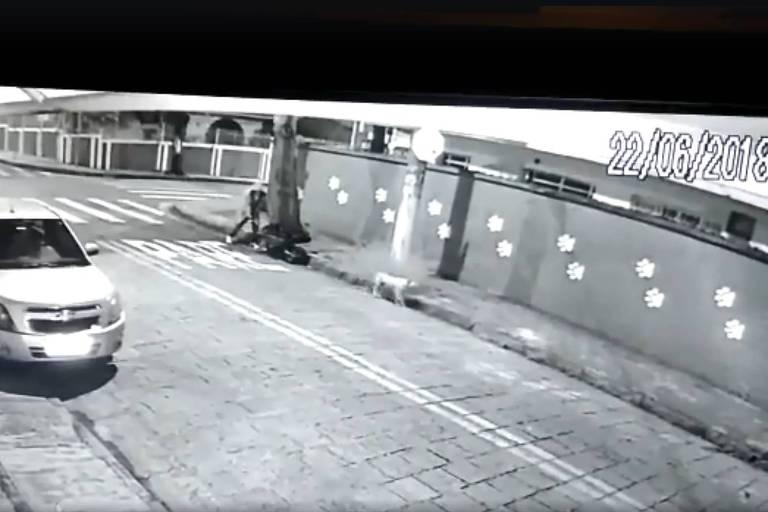 Reprodução das imagens de câmera de segurança no momento em que homem abandona carrinho de mão com corpo esquartejado em Santo André