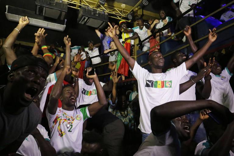 Imigrantes senegaleses e de diversos países africanos se reúnem no centro de São Paulo para acompanhar a partida entre Senegal e Japão, válida pela Copa do Mundo