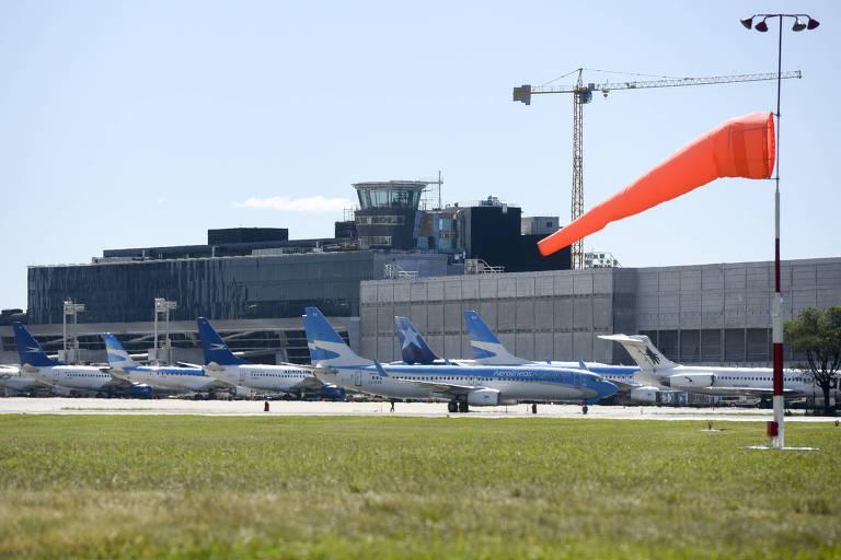 Aviões estacionados em aeroporto