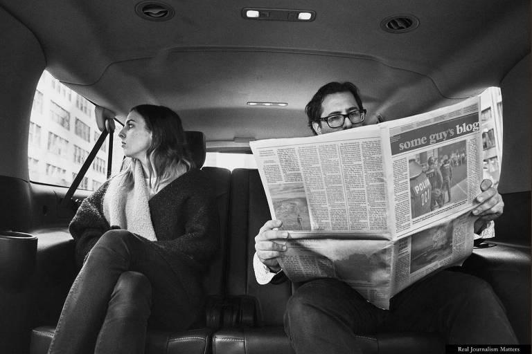 Campanha contra fake news da revista Columbia Journalism Review retrata pessoa lendo jornal com logotipo alterado para 'Blog de um cara'