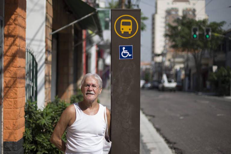 Reinaldo de Souza, 78, usa ônibus e metrô frequentemente e diz que prioridade é respeitada 'quase sempre'