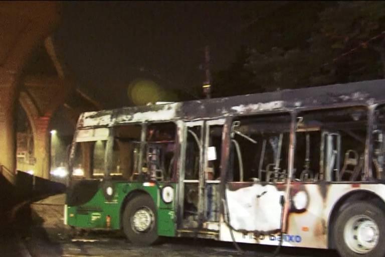 Ônibus é incendiado na avenida Sapopemba em suposta represália a ação de policiais