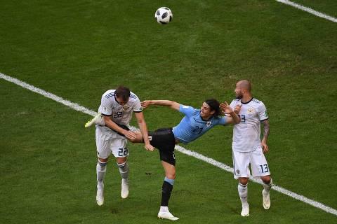 Uruguai vence Rússia, faz melhor campanha em 60 anos e passa em 1º às oitavas
