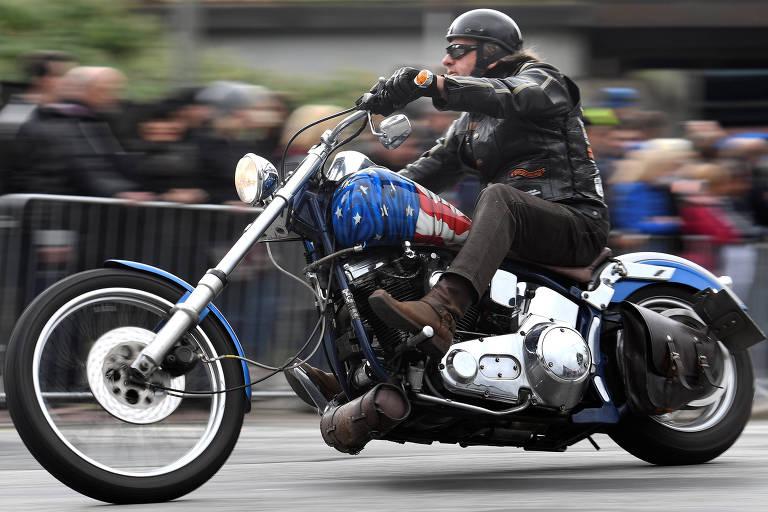 Motoqueiro em Harley-Davidson na Alemanha