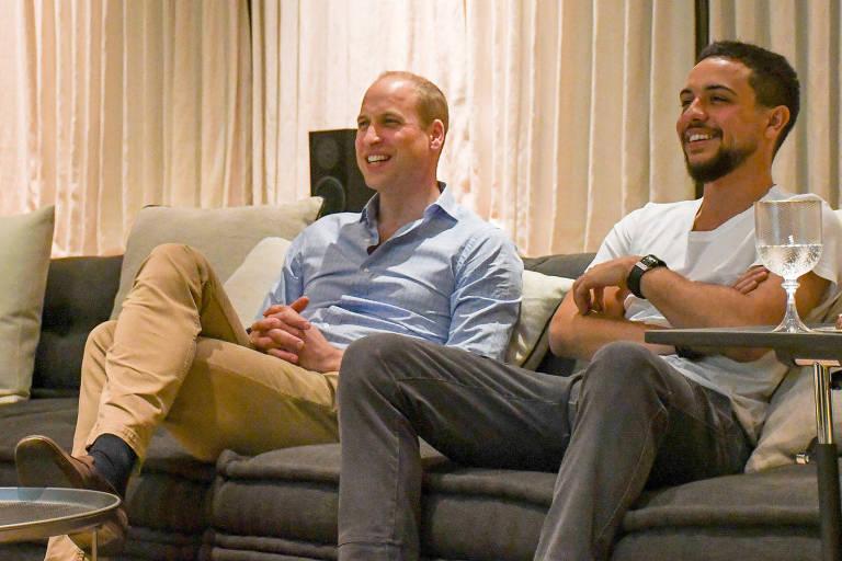Os príncipes Hussein bin Abdullah e William assistem à partida entre Inglaterra e Panamá pela Copa na capital Amã