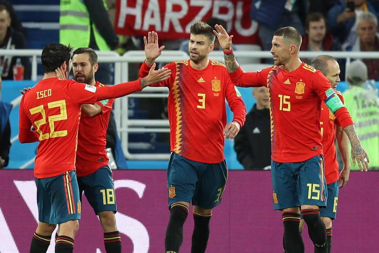 Espanhóis celebram o gol de Isco, o primeiro da Espanha no empate em 2 a 2 com Marrocos