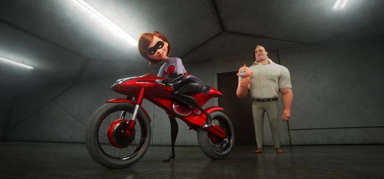Mulher-Elástica sobe em moto e se prepara para sair, enquanto o Sr. Incrível assiste a ela segurando o filho bebê