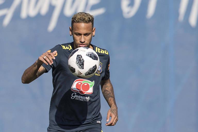 O atacante Neymar participa de treino da seleção brasileira em Sochi, antes do jogo contra a Sérvia, pela Copa do Mundo