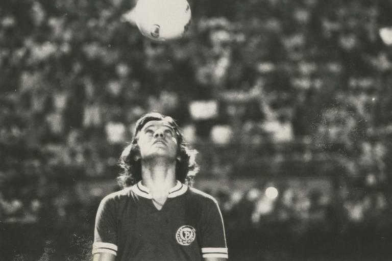 Leivinha cabeceia a bola antes de partida do Palmeiras em 1972