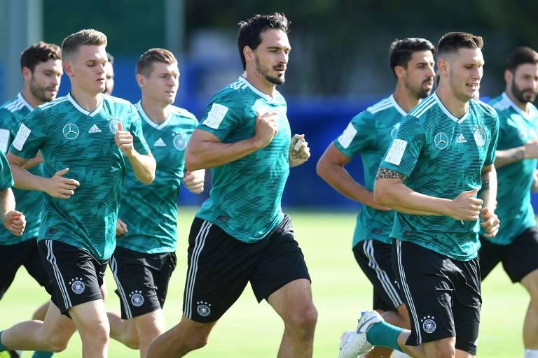 Jogadores da Alemanha correm em treino em Vatutinki, com o zagueiro Hummels ao centro