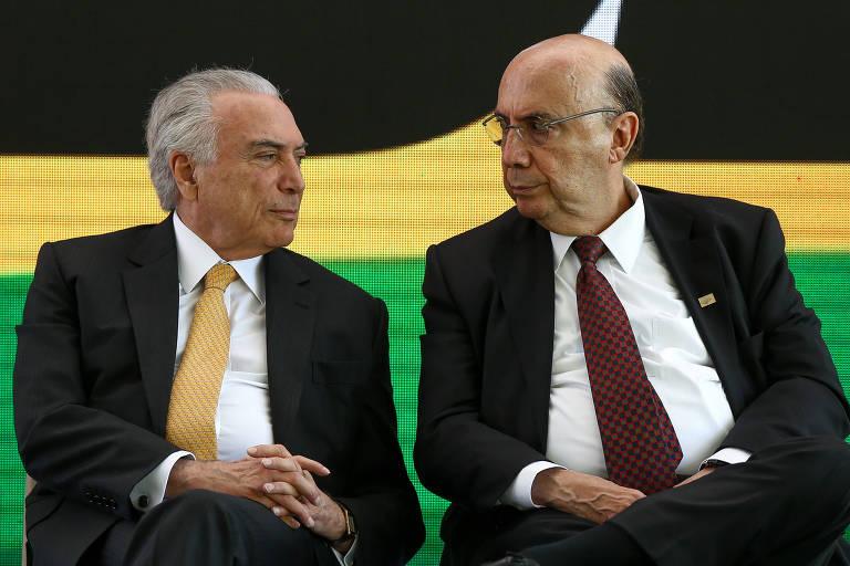 Michel Temer e Henrique Meirelles sentados se olhando