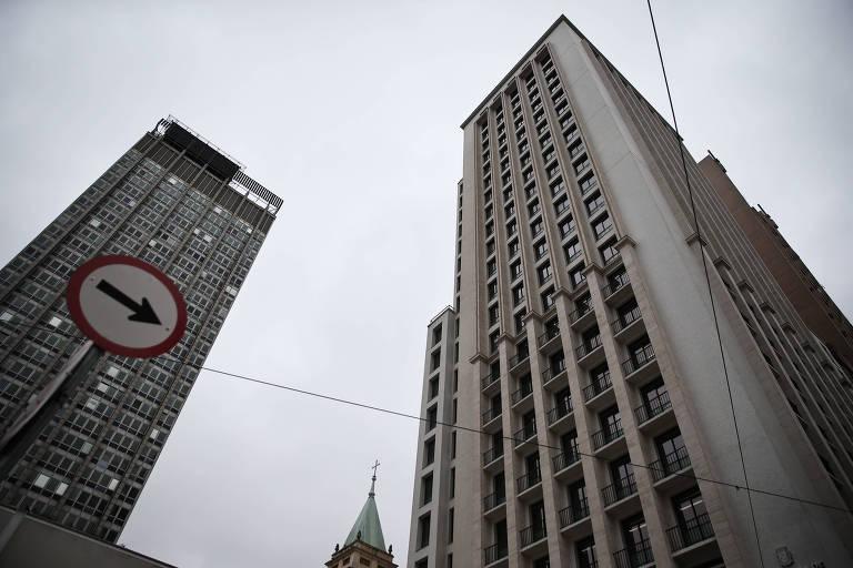 Fachada do antigo hotel de luxo Othon, à direita, hoje sede da Secretaria Municipal da Fazenda de São Paulo