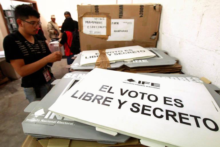 Funcionários do Instituto Nacional Eleitoral cuidam de urnas que serão usadas na eleição do México