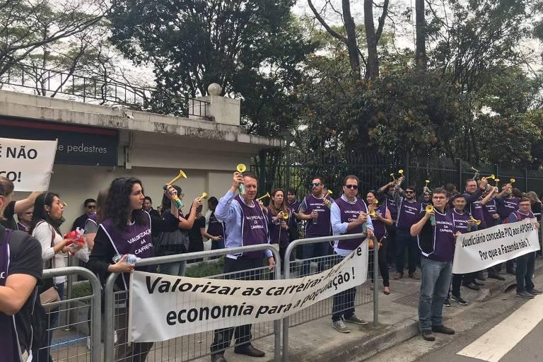 Servidores fazem piquete em frente ao Bandeirantes para falar com Márcio França, em São Paulo