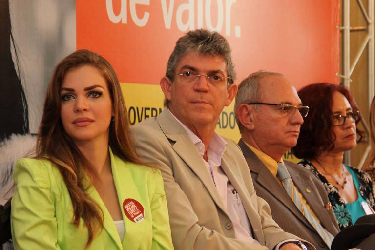 Pâmela Bório ao lado do então marido, Ricardo Coutinho (PSB), em cerimônia do governo da Paraíba