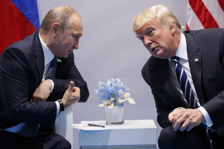 Os presidentes da Rússia, Vladimir Putin, e dos EUA, Donald Trump, durante o encontro do G20 em 2017 na Alemanha