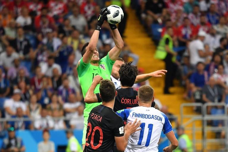 O goleiro da Croácia, Lovre Kalinic, sobe para agarrar a bola