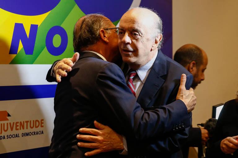 O pré-candidato e presidente do PSDB, Geraldo Alckmin, é cumprimentado pelo senador José Serra no evento dos 30 anos do partido