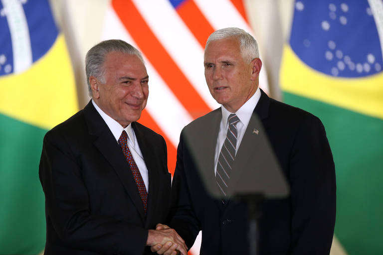O presidente Michel Temer (à esq.) cumprimenta o vice-presidente americano, Mike Pence, em Brasília