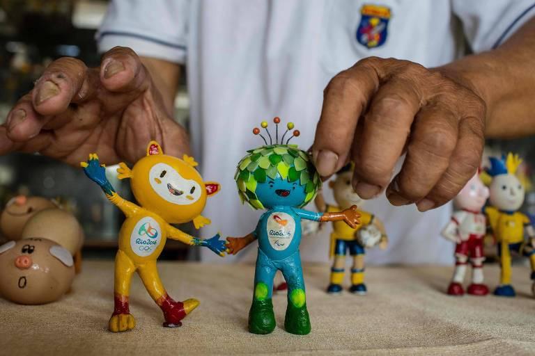 Miniaturas de dois mascotes da Copa
