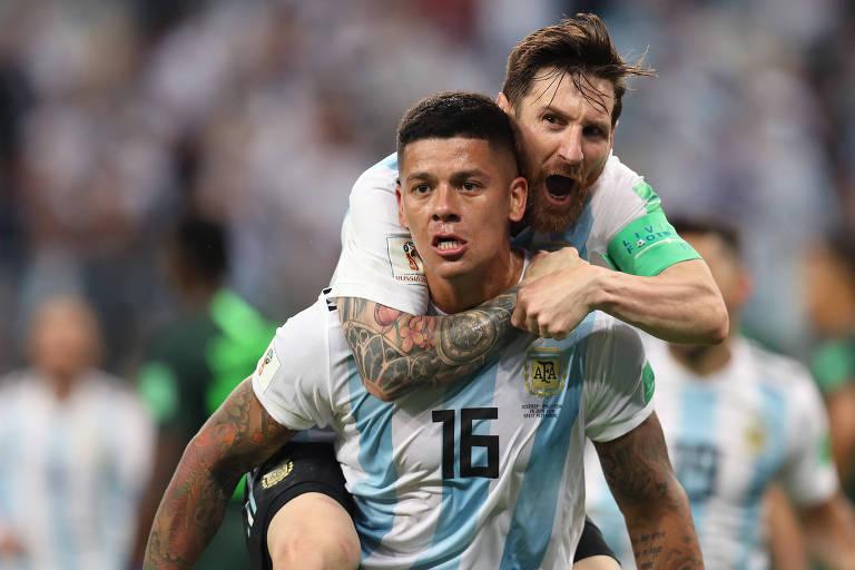 Abraçado por Messi, Rojo comemora gol que salvou Argentina