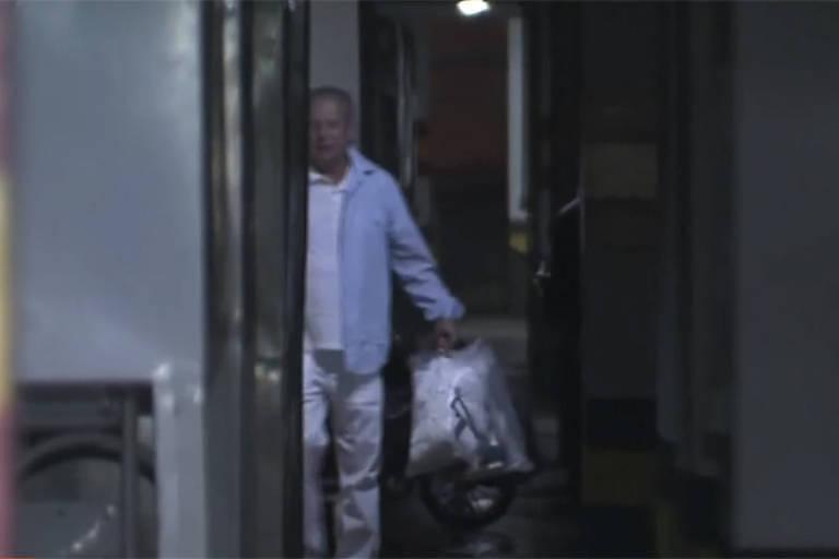 Após decisão da Justiça, José Dirceu volta para casa em Brasília