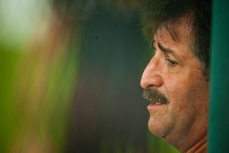 Técnico com Mundiais disputados no futebol masculino e feminino, René Simões hoje é coach, mas quer voltar a ser treinador