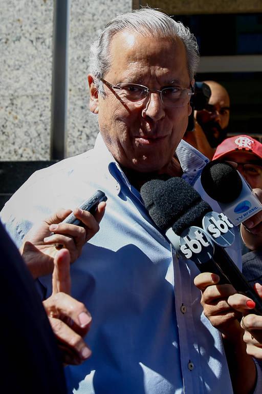 O ex-ministro José Dirceu faz o número um com o dedo em referência ao placar do jogo da seleção brasileira