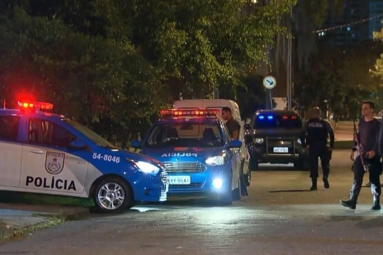 viaturas da polícia militar do Rio de Janeiro paradas na rua