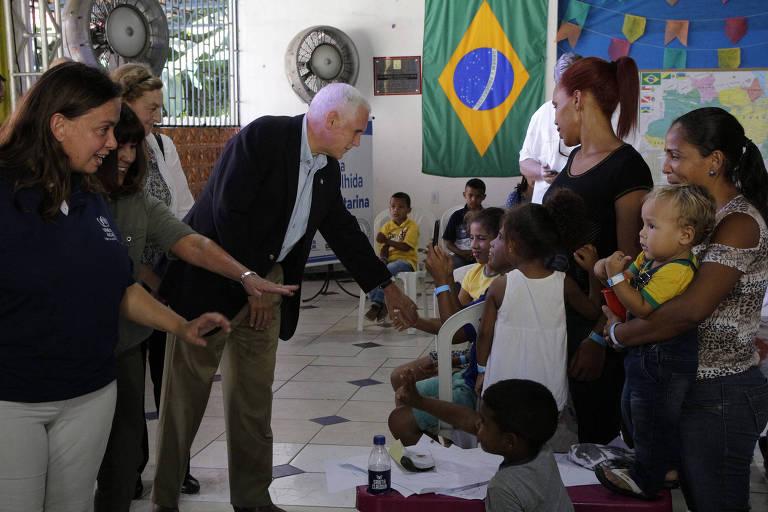 O vice-presidente dos EUA, Mike Pence, em visita a abrigo para imigrantes venezuelanos em Manaus, nesta quarta (27)