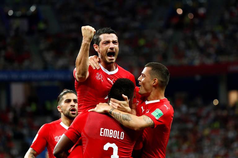 Blerim Dzemaili, da Suíça, comemora o primeiro gol com companheiros de equipe