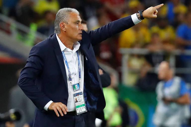 Tite dá orientações aos jogadores brasileiros durante partida contra a Sérvia