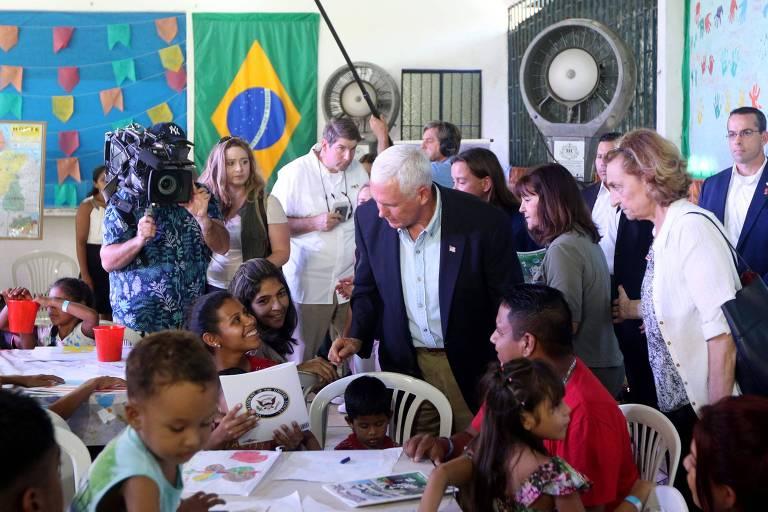 O vice-presidente dos EUA, Mike Pence, em visita a abrigo em Manaus que recebe refugiados venezuelanos