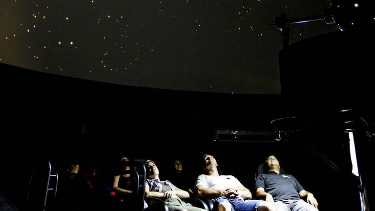 Visitantes durante apresentação no planetário do Polo Astronômico de Foz do Iguaçu (PR); a visita guiada dura duas horas e meia e sai por R$ 26 por pessoa