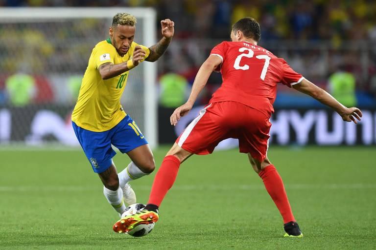 Neymar dribla o sérvio Nemanja Matić na última partida da primeira fase da Copa