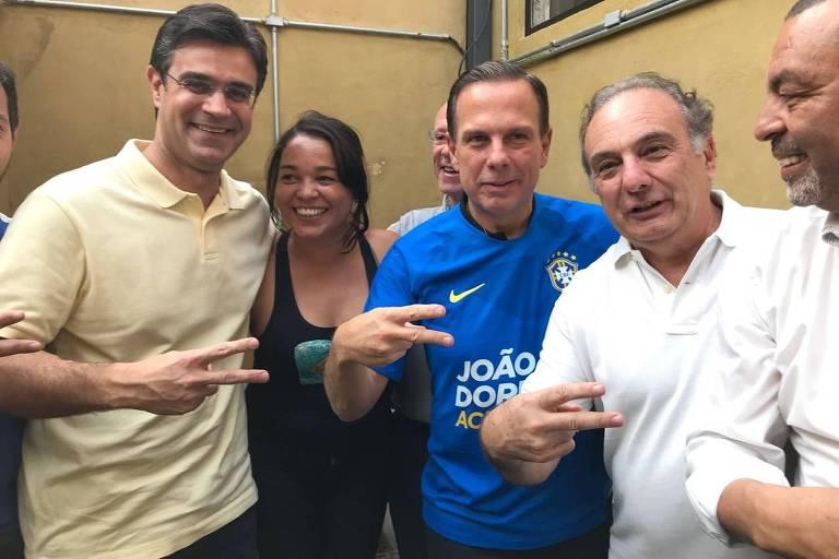 Rodrigo Garcia, João Doria e Ricardo Tripoli no intervalo entre primeiro e segundo tempos do jogo do Brasil