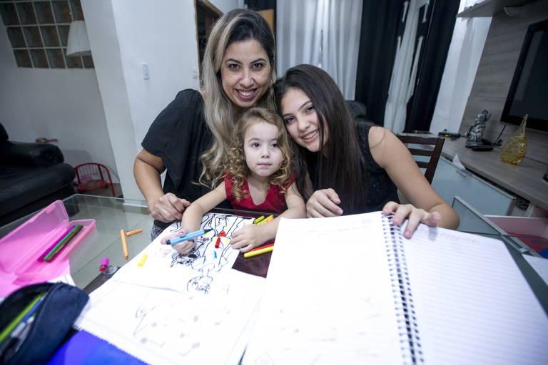A dentista Renata Amaral de Menezes com as filhas Luiza e 3 anos e Mariana de 12