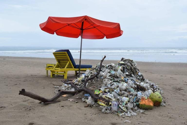 ONG Making Oceans Plastic Free, da Indonésia, faz trabalho de limpeza das praias