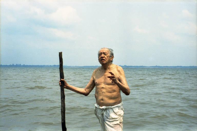 O poeta Thiago de Mello toma banho no rio Andirá, em 2015
