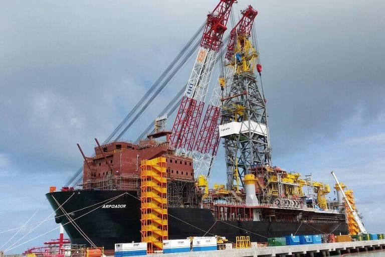 navio com sonda de petroleo