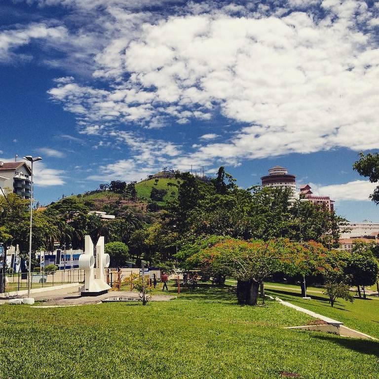 Praça com gramado
