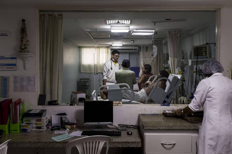 Movimentação de médicos e pacientes em hospital de Aracaju (SE)