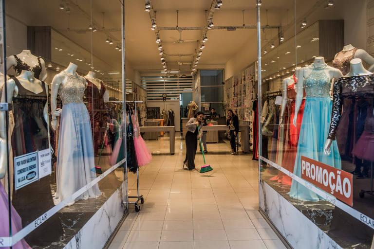 Entrada de uma loja de vestidos de festa na Rua José Paulino, no Bom Retiro.