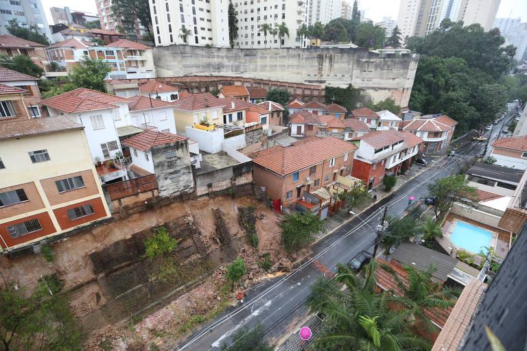 Deslizamento de terra, causado pela chuva, provoca a interdição de casas em SP