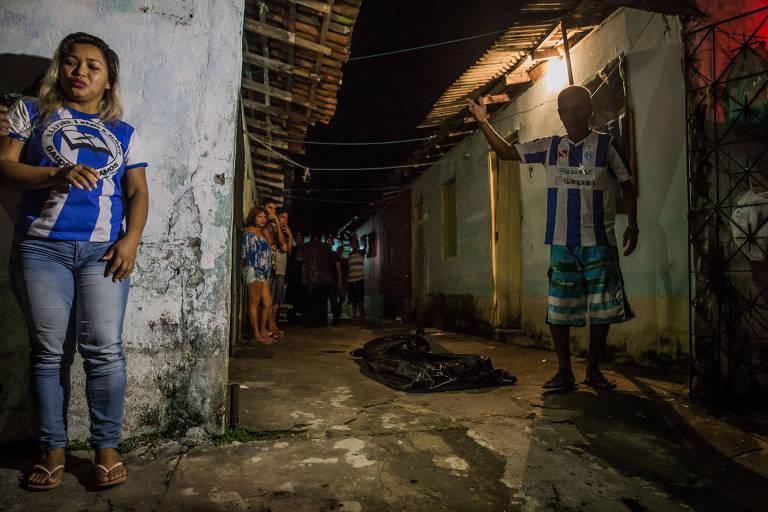 Moradores ao lado de jovem executado em Ananindeua (PA)