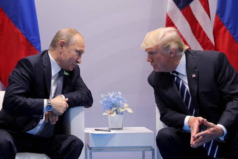 FILE PHOTO: Russia's President Vladimir Putin talks to U.S. President Donald Trump during their bilateral meeting at the G20 summit in Hamburg, Germany, July 7, 2017.  REUTERS/Carlos Barria/File Photo ORG XMIT: TOR240