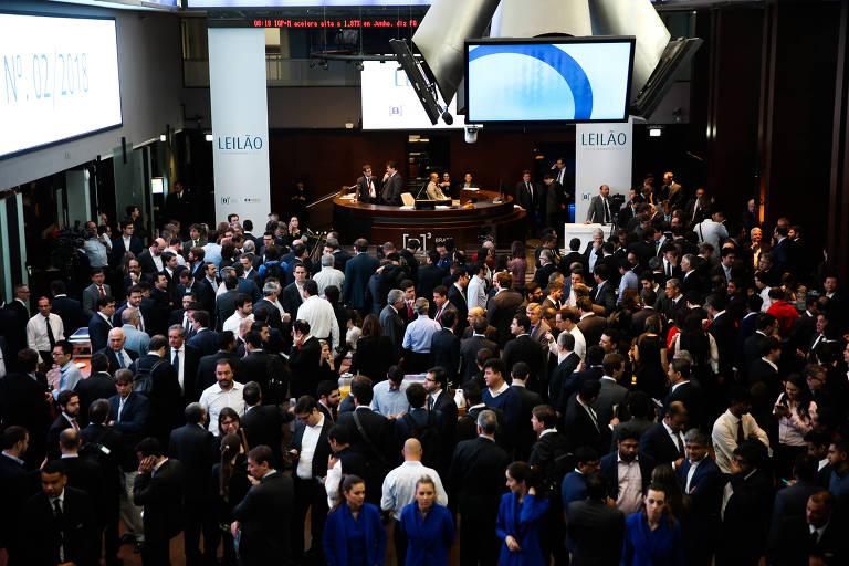 Vistos de cima, investidores no saguão lotado da B3, bolsa de valores de São Paulo