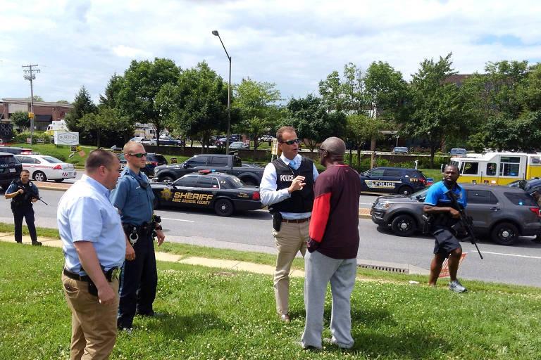 Policiais conversam com homem durante ação envolvendo ataque de jornal em Anápolis, Maryland (EUA)